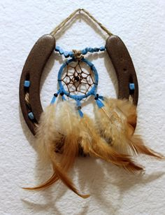 Turquoise Dreamcatcher Horseshoe. Could do this with the horse shoe my dad got me from his trip to KY!