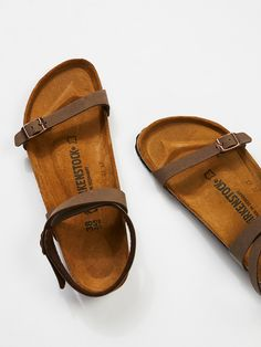 Daloa Birkenstock Easy strappy sandals with an adjustable ankle strap and toe band with Birko-Flor uppers. Molded footbed and shock-absorbing EVA sole. Sock Shoes, Cute Shoes, Me Too Shoes, Birkenstock Florida, Toe Band, Strappy Sandals, Flat Sandals, Boho Sandals, Flats