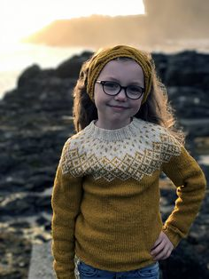 This yoke Sweater is knitted in the round, from bottom up with seamless sleeves. This is an Icelandic style yoke, but with only two colours, as the original Fair Isle style patterns. It is inspired by the traditional Faroese fair isle style. Kids Knitting Patterns, Kids Patterns, Knitting For Kids, Baby Knitting, Style Patterns, Fair Isle Pullover, Handgestrickte Pullover, Hand Knitted Sweaters, Wool Sweaters