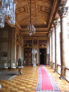 Dolmabahçe Sarayı, otuz birinci Osmanlı padişahı Sultan Abdülmecid (1839-1861) tarafından yaptırılmıştır.