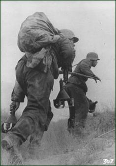 Wehrmacht anti-tank team approaching with magnetic mines. A zeltbahn is used as a carrying sack.