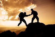 """Text """"ich bin frei"""": Ich beobachtete die beiden Bergsteiger, die schon seit geraumer Zeit gewissenhaft und bedächtig ihre Ausrüstung überprüften."""