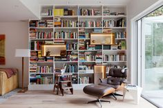 9 Insanely Chic Home Libraries That Made Our Jaws Drop to the Floor North Design, Wall Bookshelves, Bookcases, Books On Shelves, Design Your Dream House, Home Libraries, Foyers, Cool House Designs, Interiores Design