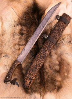 ~J Vikings: Vinterbjörn ~ long seax sword / knife. Swords And Daggers, Knives And Swords, Toy Swords, Medieval Weapons, Cool Knives, Arm Armor, Fantasy Weapons, Lame, Knife Making