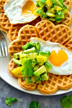 Light and crispy cornmeal cheddar waffles are topped with a beautiful fried egg and tons of avocado pico de gallo for the BEST savory twist on waffles! Waffle Toppings, Waffle Recipes, Egg Recipes, Brunch Recipes, Breakfast Recipes, Brunch Ideas, Light Recipes, Banana Waffles, Pancakes And Waffles