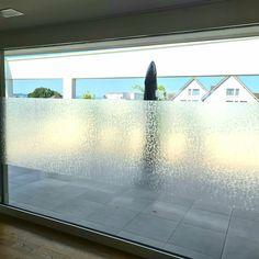 Für ein Kunde durften wir knapp 20 Laufmeter von der #Sichtschutzfolie B33M10 gegen   unerwünschte Fenster-Einsicht schützen.   Vielen Dank für den geschätzten Auftrag Art, Windows, Art Background, Kunst, Performing Arts