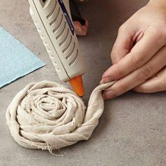 Sewing Fabric Flowers creative ideas with drop cloth Cloth Flowers, Fabric Roses, Burlap Flowers, Fabric Ribbon, Lace Flowers, Felt Flowers, Rolled Fabric Flowers, Flower Fabric, Shabby Flowers
