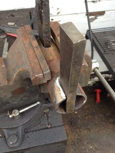 Building a pallet prybar tool.with a light duty machine. - WeldingWeb™ - Welding forum for pros and enthusiasts Reclaimed Wood Projects, Metal Projects, Welding Projects, Welding Tips, Welding Table, Pallet Projects, Palette Buster, Pallet Tool, Pallet Decking