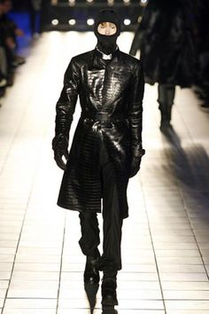 See the complete Alexander McQueen Fall 2007 Menswear collection.