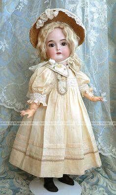 Translucent Porcelain Royalton China Co Info: 6093898336 Victorian Dolls, Antique Dolls, Victorian Dollhouse, Modern Dollhouse, Pretty Dolls, Beautiful Dolls, Quilts Vintage, Baby Dress Patterns, Crochet Amigurumi