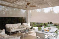 Los toldos verticales HUNTER DOUGLAS son un producto diseñado para proteger espacios abiertos del viento y del sol; son resistentes, y adecuados para todo tipo de inclemnecias ambientales.