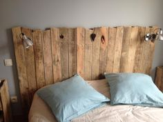 Beds in pallet: Headboard pallet 20 Creative Deco Ideas Creative Decor, Unique Home Decor, Home Decor Items, Cama Vintage, Vintage Bed Frame, Pallet Beds, Headboard Pallet, Headboard Ideas, Diy Pallet