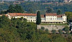 Hotel Villa Michelangelo sits on a grassy ridge high in the Berici hills above Vicenza. Romantic Places, Romantic Travel, Places To Travel, Places To Visit, Michelangelo, Places Worth Visiting, Italy Vacation, Honeymoon Destinations, Greek Islands
