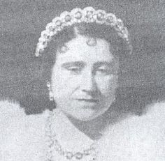 A close up of Elizabeth, Queen Consort, wearing the Teck Circles necklace as a tiara