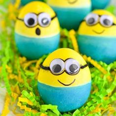 Celebrate Easter this your and your kids' favorite movie characters and make some Dyed Minion Easter Eggs. Minion Easter eggs are actually really easy to make because you only need two main colors and some googly eyes! Kids Crafts, Egg Crafts, Easter Crafts, Holiday Crafts, Diy And Crafts, Easter Decor, Easter Centerpiece, Kids Diy, Minion Easter Eggs