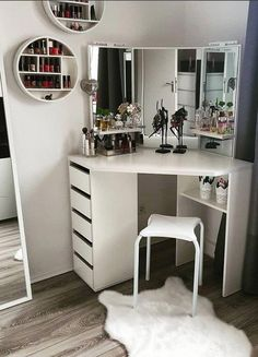 8 effortless DIY ideas to organize makeup according to your personality type. Room Decoration - wood workings bedroom - 8 effortless DIY ideas to organize makeup according to your personality type - Makeup Vanity Case, Diy Vanity Mirror, Makeup Vanities, Vanity Room, Corner Vanity, Small Vanity, Storage Mirror, Storage Drawers, Vanity For Bedroom