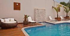 Resultado de imagem para piscina com cascata parede madeira