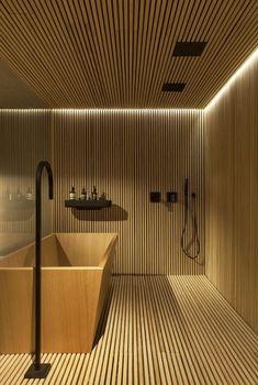 This would make for an awesome basement Japanese soaking tub. — Casa Vogue Ama: tendência banheiros spa (Foto: Felipe Araújo) #designbathroom