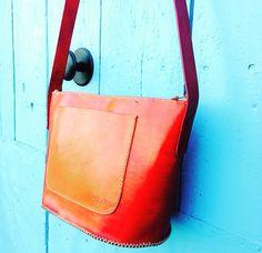 Noves creacions col.lecció primavera-estiu 2016 #fetama #artesanal #bolsosencuero #bolsosoriginales #poramoralarte #handmadebcn #handmade #handmadeleather #handmadewithlove #gelida #xakuir #leather #cuir #pell #blau #blue