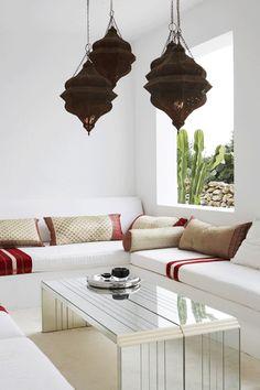 SALON MODERNE TOUCHE D ORIENTALISME PR TSFO MAROCAIN Moroccan Art, Moroccan Interiors, Moroccan Design, Moroccan Style, Modern Moroccan, Interior Exterior, Interior Design, Spanish Style Bathrooms, Jade Jagger