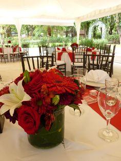 Centro de mesa en rojo de Florería el Paraíso en Quinta Pavo Real del Rincón www.pavorealdelrincon.com.mx
