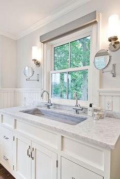 Alpendre Projeto Meeting House Lane da Benco Construction, Inc. Large Bathroom Sink, Bright Bathroom, Window Over Sink, Trendy Bathroom, Beadboard Bathroom, Bathroom Windows, Bathroom Sink Cabinets, Bathrooms Remodel, Bathroom Design