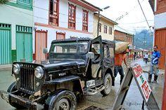 Imagen de un Jeep Willys siendo cargado con café en Genova, Quindio.