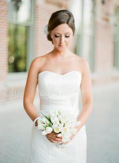 Wiązanki ślubne z białych tulipanów.