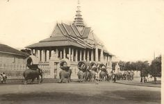 Elephants in front of Royal Palace in Phnom Penh, #Cambodia | © unknown