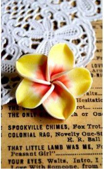 Fleur hawaienne jaune en pâte polymère