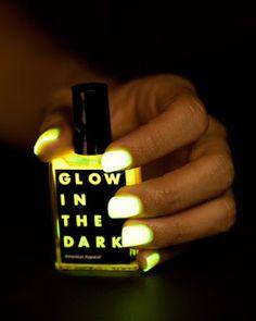 uñas que brillan en la noche