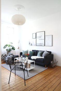 Sonntagsmodus | Zeitschriften, Sofa und Kaffee