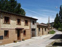 SORIA, LAS CUEVAS DE SORIA. Casa Rural Villa Natura. Son 2 alojamientos. Villa Natura I para 6/10 personas tiene 4 habitaciones, 2 baños, salón comedor y cocina. Villa Natura II para 2/4 personas dispone de 2 habitaciones, 1 baño, salón comedor y cocina. En el exterior cuentan con porche y jardín con barbacoa a la orilla del río Izana.  En los alrededores se pueden realizar multitud de excursiones como visitar la #LagunaNegra, la #Fuentona o #Numancia. A 18 Km. de #Soria…