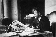 León Trotski leyendo