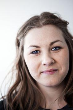 Hanna Karlsson | Hanna började jobba deltid hos oss i mars 2011, och på hösten började hon jobba heltid. Hon jobbar som digital kommunikatör vilket innebär att hon bloggar, facebookar och skriver hela dagarna. Hanna säger aldrig nej till en fika och trevligt samtal. Eller en kram.