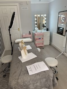 Lash training in Manchester lash studio Home Beauty Salon, Home Nail Salon, Beauty Salon Decor, Beauty Salon Interior, Makeup Studio Decor, Makeup Room Decor, Spa Room Decor, Beauty Room Decor, Diy Bedroom Decor