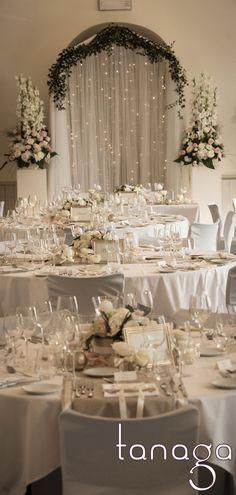 Décoration de #table #mariage classico-romantique, rose blanche, perles crème et touche de ruban gris par #Tanaga ambiance designer