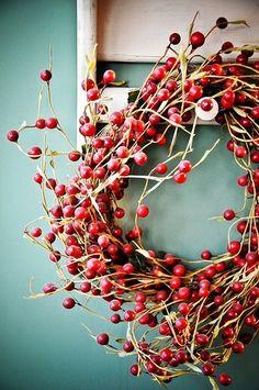 赤い実の付いたサンキライのみのかわいいシンプルなリース。玄関周りやお部屋が明るくなります。