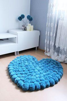 Hermosa corazon alfombra de pom pom de docenas de pompones redondos. Cada pom pom es atado dos veces en el fondo de la alfombra de rejilla de algodón - usted puede ver la cuadrícula en la segunda foto. Hay posibilidad de añadir especial anti estera de deslizamiento de la alfombra - es