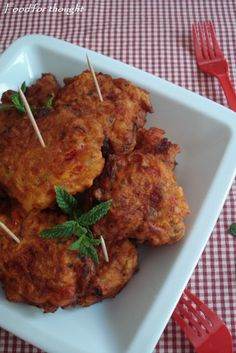 Food for thought: Ντοματοκεφτέδες Σαντορίνης Greek Appetizers, Food Tasting, Greek Recipes, International Recipes, Fish And Seafood, Main Meals, Food Truck, Food For Thought, Soul Food