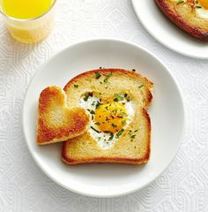 Love Toast: Cut out a special heart for mom and this favorite egg dish will be the cutest brunch surprise ever. Click through to discover more quick and easy brunch recipes perfect for Mother's Day. Breakfast Desayunos, Mothers Day Breakfast, Mothers Day Brunch, Breakfast For Kids, Breakfast Recipes, Mothers Day Desserts, Homemade Breakfast, Breakfast Healthy, Healthy Breakfasts