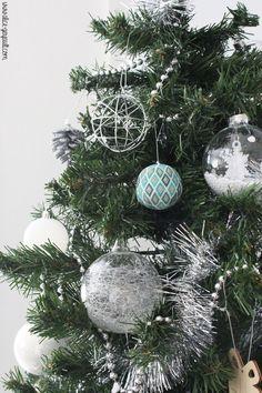 Boule de noël en perles miyuki et crochet, DIY by Alice Gerfault Bead Crochet, Crochet Diy, Christmas Wreaths, Christmas Bulbs, Alice, Bead Art, Beading Patterns, Crochet Projects, Beads