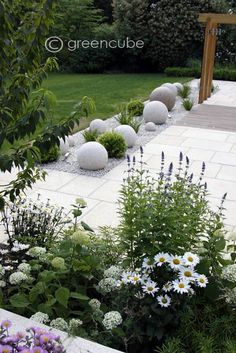Our Yellow Granite Paving by Greencube Garden Design complements the design of this garden perfectly. With soft tones, the garden keeps a modern and delicate feel.