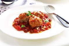 Want a lighter and fresher alternative to regular meatballs? Give these delicious tuna meatballs a try.Studies suggest tuna protects against cancer in the ovaries, pancreas, and every part of the Mince Recipes, Seafood Recipes, Low Carb Recipes, Mince Meals, Fresh Tomato Sauce Recipe, Light Recipes, Recipe Collection, Easy Meals, Recipes