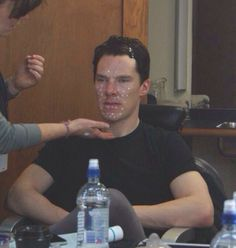 Behind the scenes for the Hobbit : Desolation of Smaug (Flashback to the neutron cream prank Benedict? )