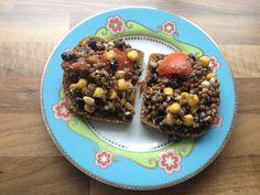 Speltbrood met salade van bonen, linzen, maïs, makreel, tomaat, chiazaad, sesamzaad en Hüttenkäsen