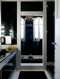 Ванная комната. Черный мрамор — изЗимбабве. Бра на стенах — антикварные, с…