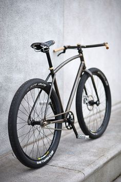 Even in the face of major obstacles, Ezra Caldwell has been unable to keep away from the jig and out of the kitchen. His latest build, a well-heeled, single speed dark horse, is another example of Ezra's love for creating bikes that are perfectly suited to riding around his beloved New York City. Each of them are burly, stylish, strong and sophisticated.