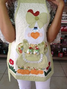 Gallinas I don't wear aprons but these are just outsta Crochet Projects, Sewing Projects, Cute Aprons, Sewing Aprons, Patch Quilt, Clothing Hacks, Embroidery Techniques, Sewing For Kids, Christmas Shirts