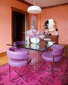 This incredibly cool and colorful Chicago condo is an attack on neutrals. | House Tours by Apartment Therapy #diningroom #retro #retrodecor #vintage #vintagediningroom #colorfuldecor coraldecor #diningroomideas #magenta Light Purple Walls, Coral Kitchen, Built In Hutch, Pink Room, Beige Walls, Living Room Colors, Interiores Design, Vintage Home Decor, Apartment Therapy